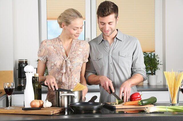 Pariskunta tekee ruoka keittiössä